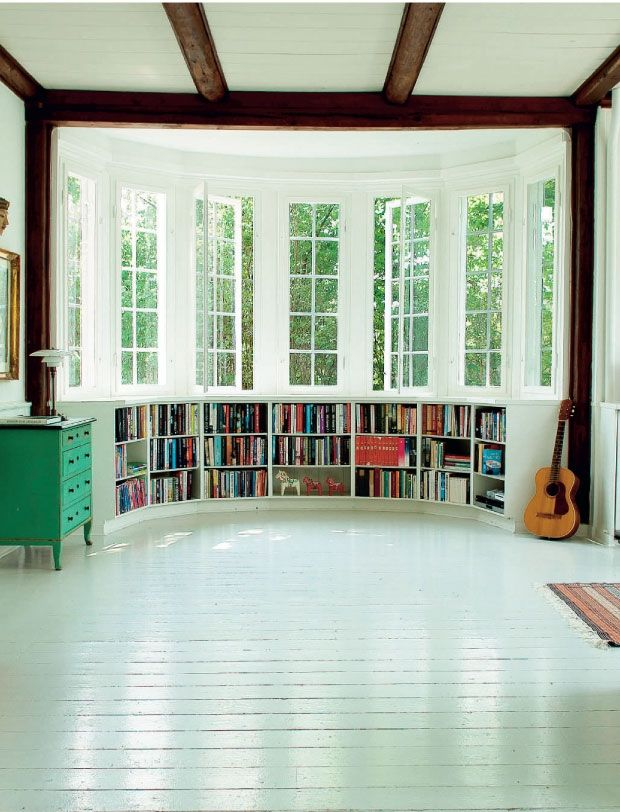Curved room with low bookcases